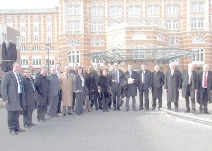 Groepsfoto voor het Kurhaus in Scheveningen