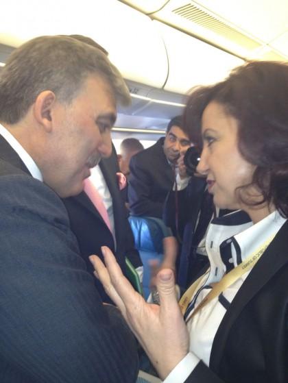 President Gül in gesprek met Semiha Ünal tijdens zijn bezoek aan Nederland